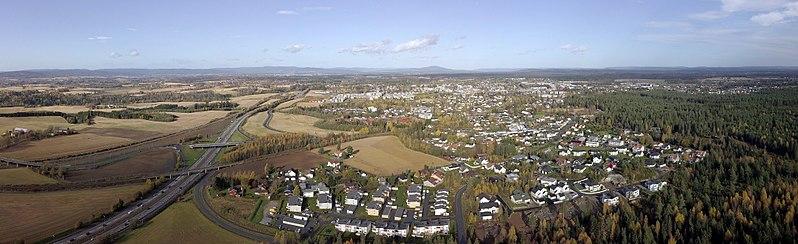 Flyfoto av Jessheim i solskinn
