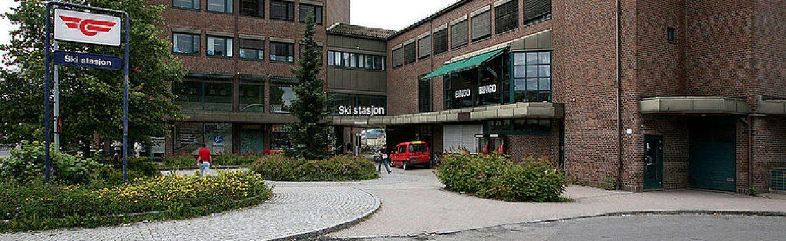 Bilde av jernbanestasjonsbygningen i Ski stasjon