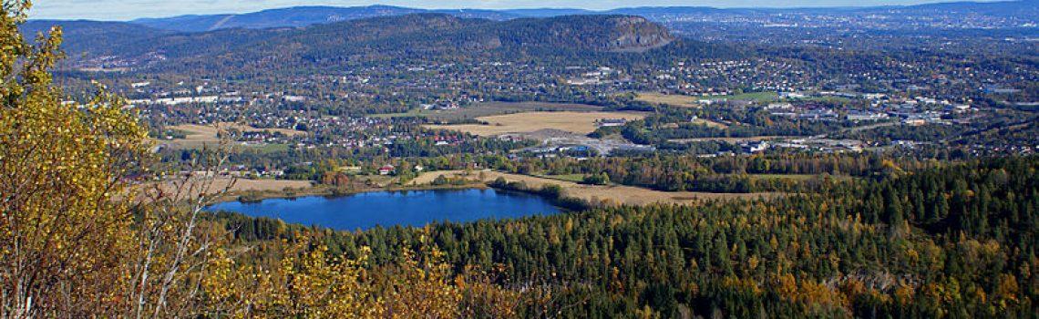 Utsikt fra Ramsåsen over Bærum og Oslo i solskinn
